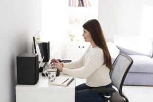 ชื่อรูป: Sitting position 02 300x200 ประกอบเนื้อหา: ท่านั่งทำงานผิด ๆ ที่คุณอาจทำโดยไม่รู้ตัว ต้องรีบเปลี่ยนทันที