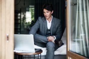 ชื่อรูป: Sitting position 03 300x200 ประกอบเนื้อหา: ท่านั่งทำงานผิด ๆ ที่คุณอาจทำโดยไม่รู้ตัว ต้องรีบเปลี่ยนทันที